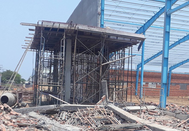 Khởi tố vụ án sập bức tường công trình xây dựng khiến 6 người tử vong ở Vĩnh Long - Ảnh 1.