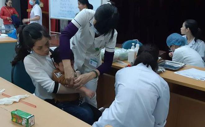 [Nóng] Nghi ăn thịt đầy hạch trắng, hơn 400 học sinh từ Bắc Ninh xuống Hà Nội xếp hàng xét nghiệm sán lợn