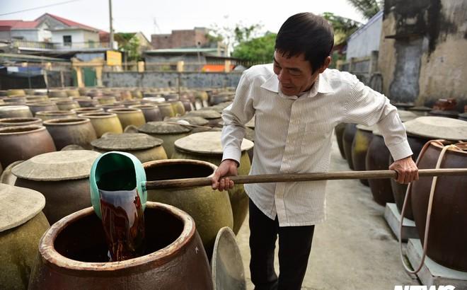 Ảnh: Cận cảnh quy trình sản xuất nước mắm truyền thống, 2 năm mới cho ra thành phẩm