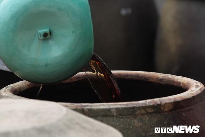 Ảnh: Cận cảnh quy trình sản xuất nước mắm truyền thống, 2 năm mới cho ra thành phẩm - Ảnh 9.