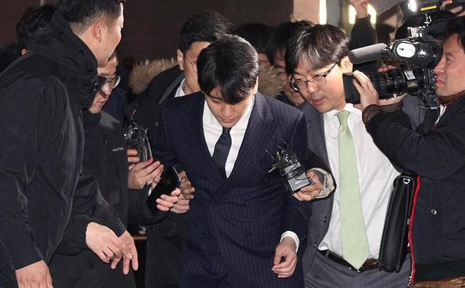 """Seungri và Jung Joon Young mặt tái nhợt vượt """"biển"""" người để rời sở cảnh sát sau gần 20 tiếng thẩm vấn, hé lộ chuyện giao nộp bằng chứng"""