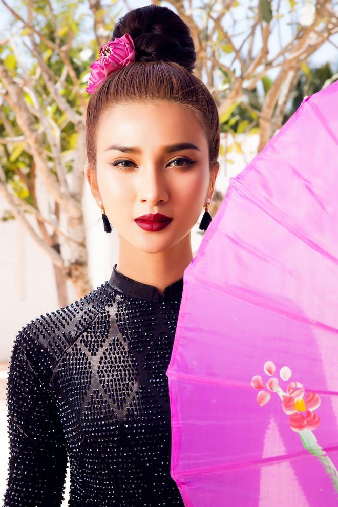Kim Tuyến quyến rũ, xinh đẹp khi diện áo dài cách tân - Ảnh 1.