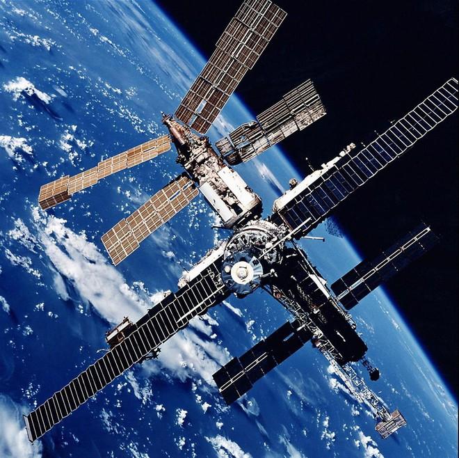 Norman Thagard - phi hành gia đầu tiên người Mỹ được đến thăm trạm vũ trụ Mir của Nga - Ảnh 1.