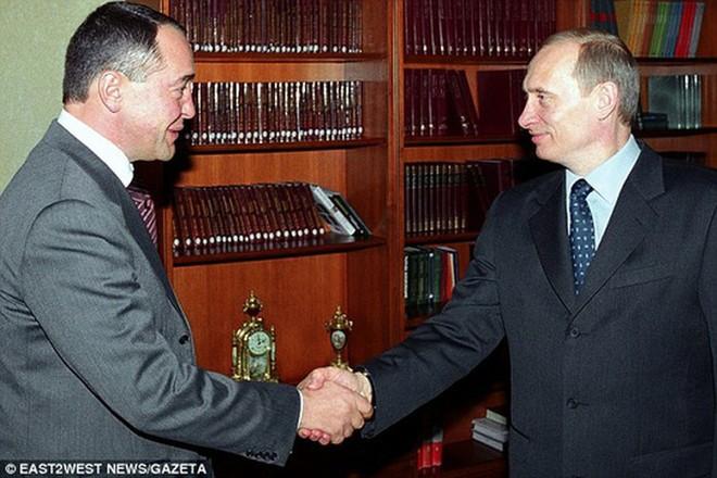 Thân tín của ông Putin chết bí ẩn ở Mỹ: Bị gãy cổ dù ở một mình trong phòng khách sạn - Ảnh 1.