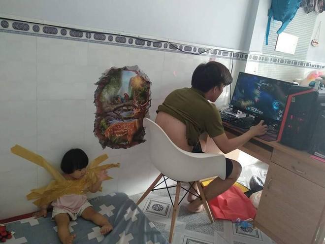 Dán chặt con vào tường để rảnh tay chơi game, ông bố trẻ khiến dân mạng bức xúc - Ảnh 1.