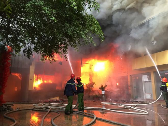 Cháy khách sạn Avatar 8 tầng: Nữ nhân viên giặt là bị ngạt khói tử vong trong phòng tắm - Ảnh 1.