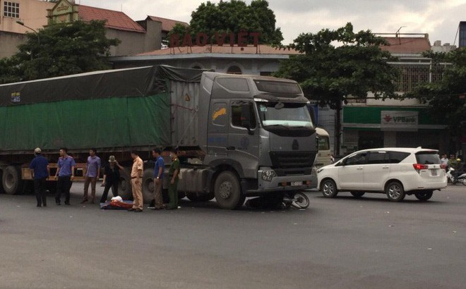 Xe tải đâm vào xe đầu kéo trên cao tốc, 2 người chết tại chỗ