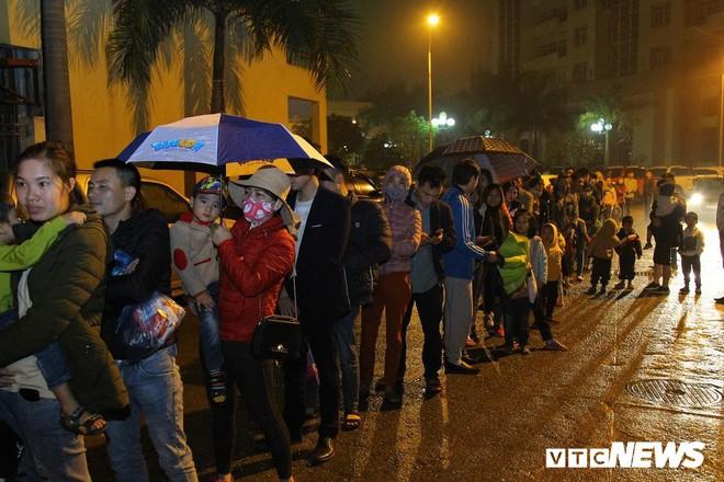 Ảnh: Dân Bắc Ninh đổ lên Hà Nội, xếp hàng từ 3h chờ xét nghiệm sán lợn - Ảnh 1.