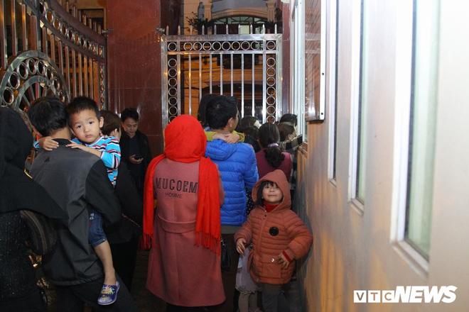 Ảnh: Dân Bắc Ninh đổ lên Hà Nội, xếp hàng từ 3h chờ xét nghiệm sán lợn - Ảnh 3.