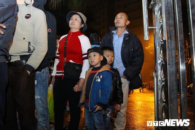 Ảnh: Dân Bắc Ninh đổ lên Hà Nội, xếp hàng từ 3h chờ xét nghiệm sán lợn - Ảnh 4.