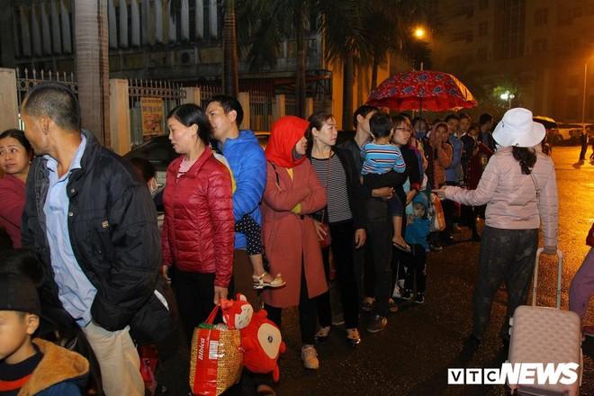 Ảnh: Dân Bắc Ninh đổ lên Hà Nội, xếp hàng từ 3h chờ xét nghiệm sán lợn - Ảnh 5.