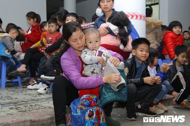 Ảnh: Dân Bắc Ninh đổ lên Hà Nội, xếp hàng từ 3h chờ xét nghiệm sán lợn - Ảnh 9.