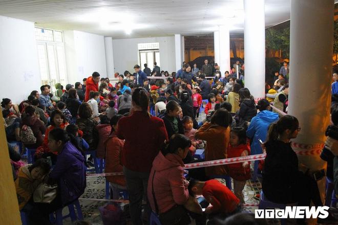 Ảnh: Dân Bắc Ninh đổ lên Hà Nội, xếp hàng từ 3h chờ xét nghiệm sán lợn - Ảnh 10.