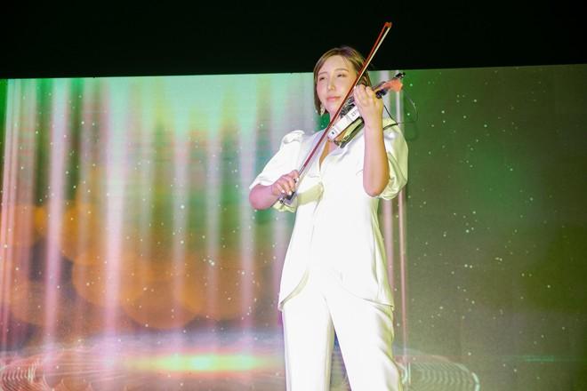 Hoa hậu Thu Hoài mặc toàn đồ hiệu, tự tin tạo dáng cùng nghệ sĩ Hàn - Ảnh 9.