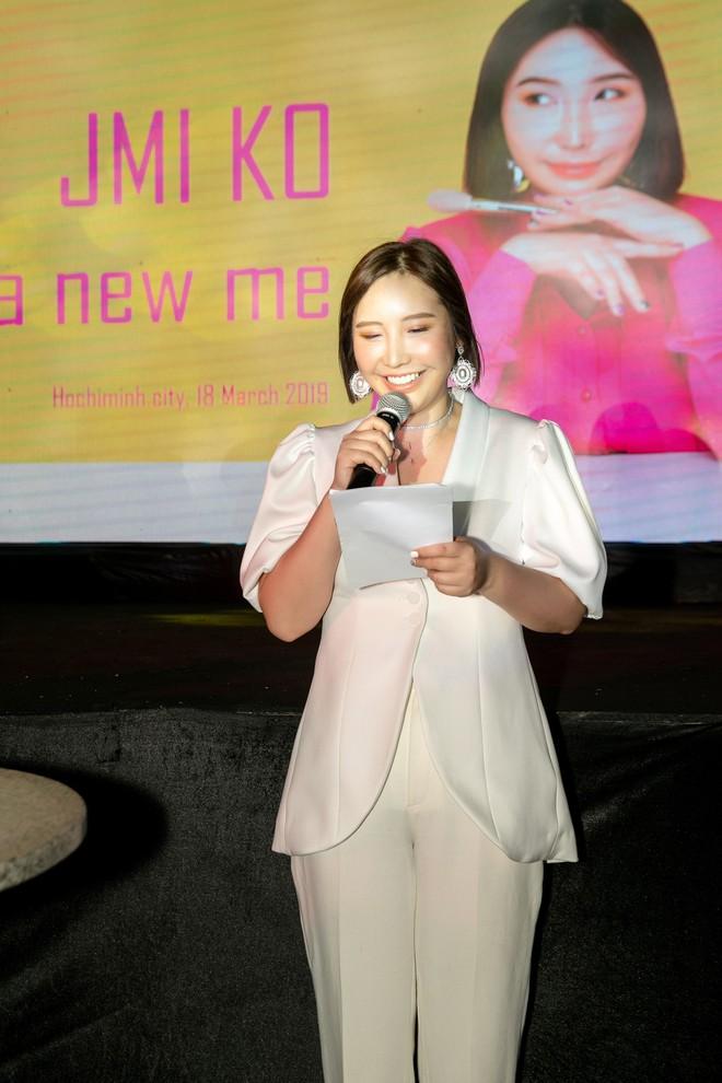 Hoa hậu Thu Hoài mặc toàn đồ hiệu, tự tin tạo dáng cùng nghệ sĩ Hàn - Ảnh 12.
