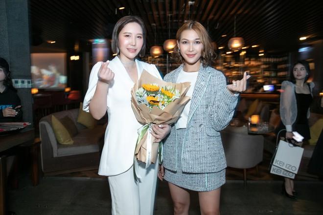 Hoa hậu Thu Hoài mặc toàn đồ hiệu, tự tin tạo dáng cùng nghệ sĩ Hàn - Ảnh 8.