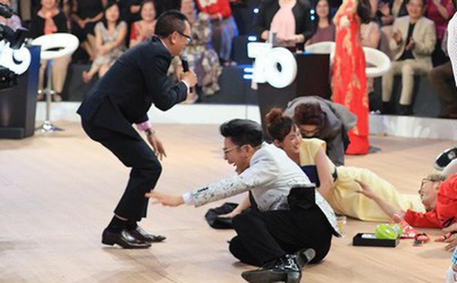"""MC Lại Văn Sâm lần đầu """"té sấp mặt"""" trên sóng truyền hình"""