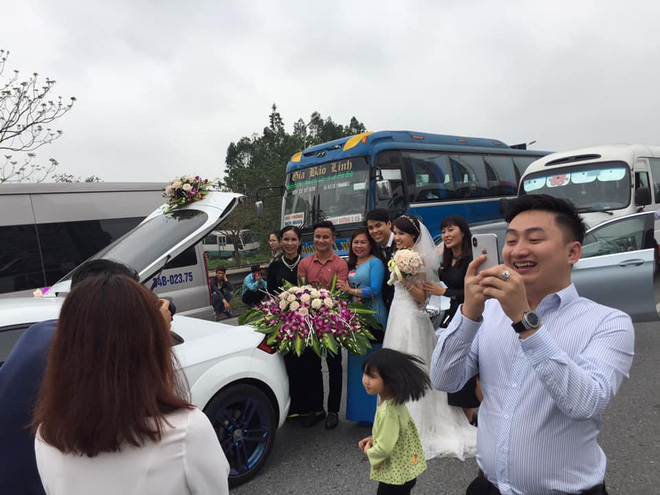 Xe kẹt cứng, cô dâu, chú rể xuống chụp hình ngay giữa đường, thái độ của họ mới gây bất ngờ - Ảnh 1.