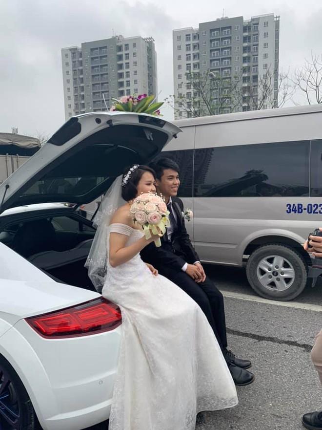 Xe kẹt cứng, cô dâu, chú rể xuống chụp hình ngay giữa đường, thái độ của họ mới gây bất ngờ - Ảnh 6.