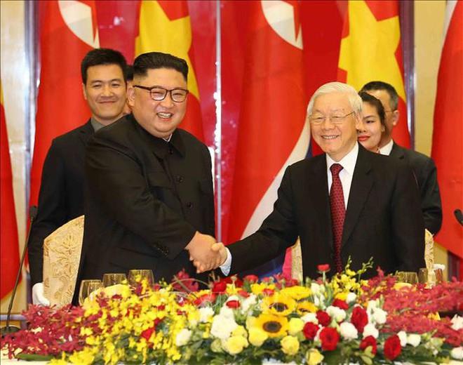 Chủ tịch Triều Tiên Kim Jong-un vui vẻ đánh thử đàn bầu, đàn Klông pút - Ảnh 1.