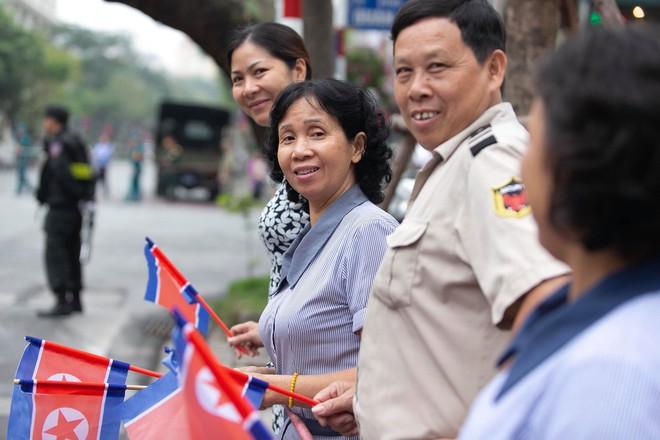 [ẢNH] Người Hà Nội mang cờ hoa tiễn Chủ tịch Triều Tiên Kim Jong-un về nước - Ảnh 8.