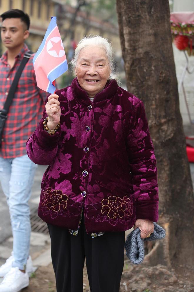 [ẢNH] Người Hà Nội mang cờ hoa tiễn Chủ tịch Triều Tiên Kim Jong-un về nước - Ảnh 6.