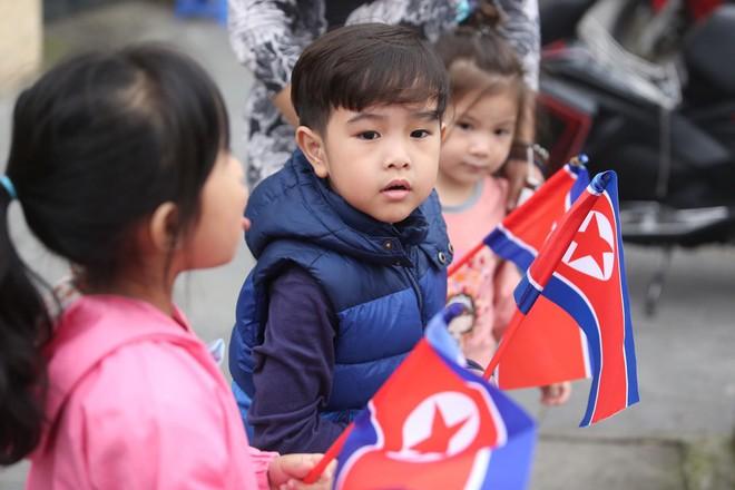 [ẢNH] Người Hà Nội mang cờ hoa tiễn Chủ tịch Triều Tiên Kim Jong-un về nước - Ảnh 7.