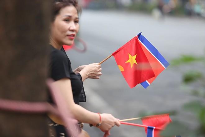 [ẢNH] Người Hà Nội mang cờ hoa tiễn Chủ tịch Triều Tiên Kim Jong-un về nước - Ảnh 9.