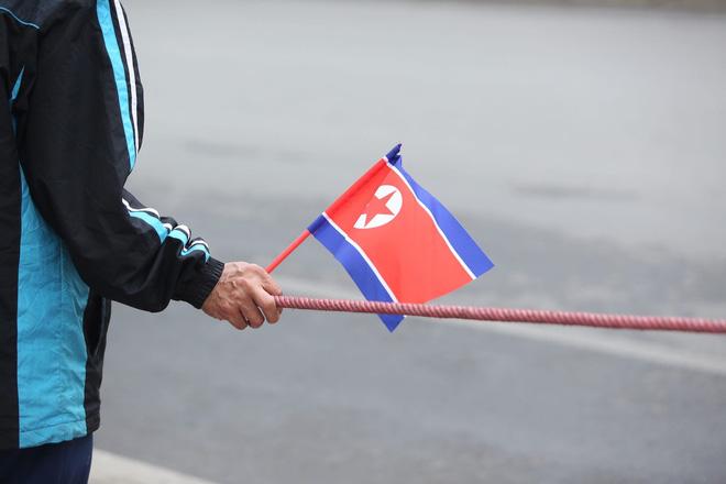 [ẢNH] Người Hà Nội mang cờ hoa tiễn Chủ tịch Triều Tiên Kim Jong-un về nước - Ảnh 11.