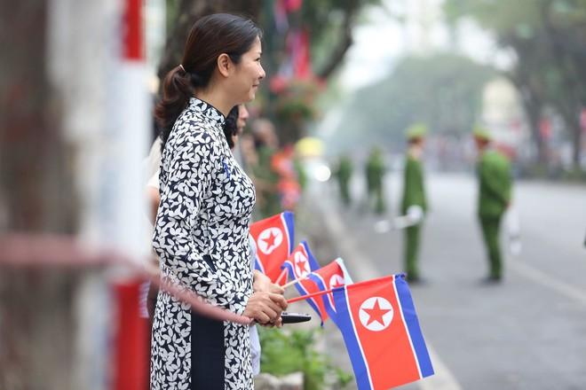 [ẢNH] Người Hà Nội mang cờ hoa tiễn Chủ tịch Triều Tiên Kim Jong-un về nước - Ảnh 10.