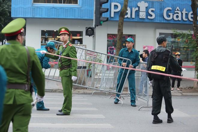 [ẢNH] Người Hà Nội mang cờ hoa tiễn Chủ tịch Triều Tiên Kim Jong-un về nước - Ảnh 3.