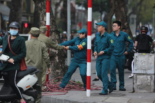 [ẢNH] Người Hà Nội mang cờ hoa tiễn Chủ tịch Triều Tiên Kim Jong-un về nước - Ảnh 5.