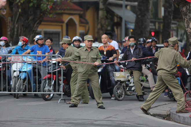 [ẢNH] Người Hà Nội mang cờ hoa tiễn Chủ tịch Triều Tiên Kim Jong-un về nước - Ảnh 4.