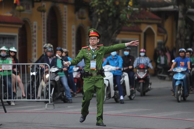 [ẢNH] Người Hà Nội mang cờ hoa tiễn Chủ tịch Triều Tiên Kim Jong-un về nước - Ảnh 2.