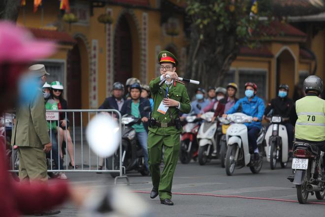 [ẢNH] Người Hà Nội mang cờ hoa tiễn Chủ tịch Triều Tiên Kim Jong-un về nước - Ảnh 1.