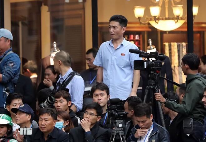 Chùm ảnh phóng viên Triều Tiên lặng lẽ chuyên tâm tác nghiệp tại Việt Nam - Ảnh 5.