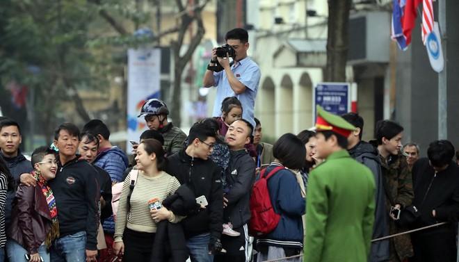 Chùm ảnh phóng viên Triều Tiên lặng lẽ chuyên tâm tác nghiệp tại Việt Nam - Ảnh 6.