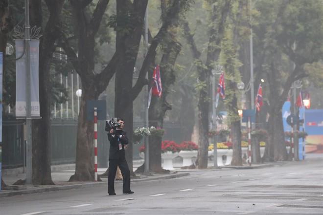 Chùm ảnh phóng viên Triều Tiên lặng lẽ chuyên tâm tác nghiệp tại Việt Nam - Ảnh 7.
