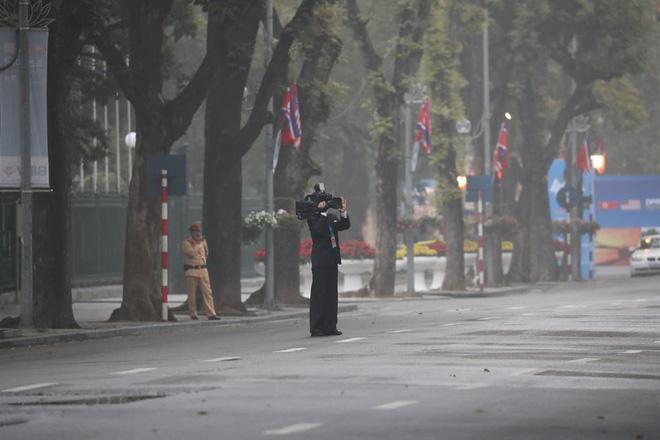 Chùm ảnh phóng viên Triều Tiên lặng lẽ chuyên tâm tác nghiệp tại Việt Nam - Ảnh 8.