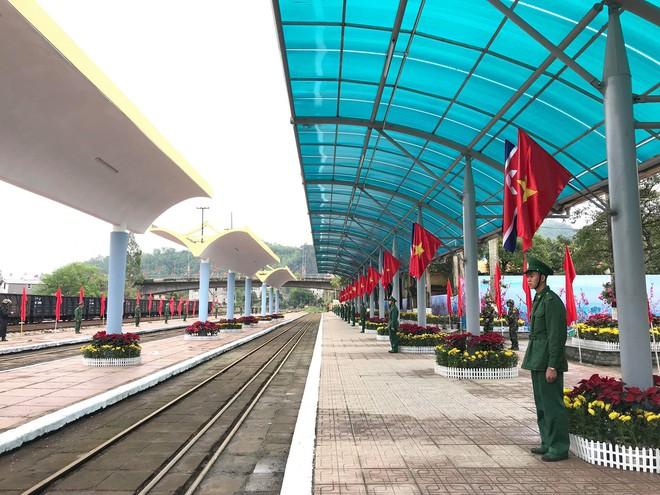 An ninh siết chặt, xe bọc thép sẵn sàng, ga Đồng Đăng chuẩn bị cho lễ tiễn Chủ tịch Kim Jong-un về nước - Ảnh 14.