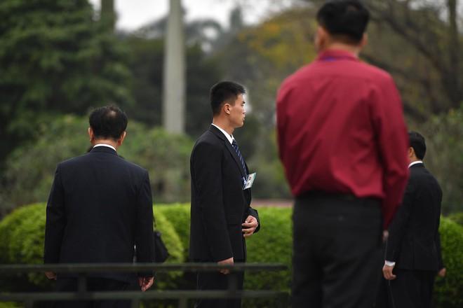 Em gái và đoàn tháp tùng Chủ tịch Kim Jong-un trong lễ viếng Lăng Chủ tịch Hồ Chí Minh - Ảnh 1.