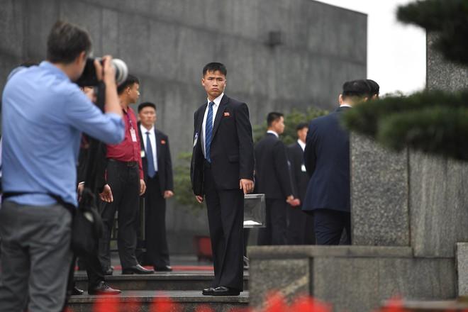 Em gái và đoàn tháp tùng Chủ tịch Kim Jong-un trong lễ viếng Lăng Chủ tịch Hồ Chí Minh - Ảnh 4.