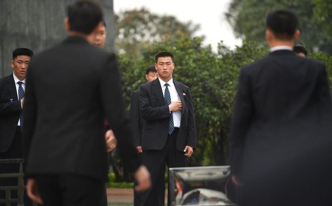 Em gái và đoàn tháp tùng Chủ tịch Kim Jong-un trong lễ viếng Lăng Chủ tịch Hồ Chí Minh