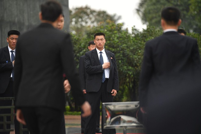 Em gái và đoàn tháp tùng Chủ tịch Kim Jong-un trong lễ viếng Lăng Chủ tịch Hồ Chí Minh - Ảnh 2.