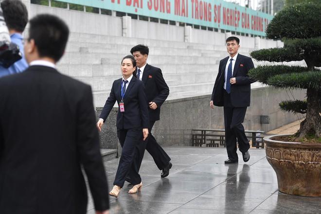 Em gái và đoàn tháp tùng Chủ tịch Kim Jong-un trong lễ viếng Lăng Chủ tịch Hồ Chí Minh - Ảnh 5.