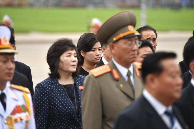 Em gái và đoàn tháp tùng Chủ tịch Kim Jong-un trong lễ viếng Lăng Chủ tịch Hồ Chí Minh - Ảnh 6.