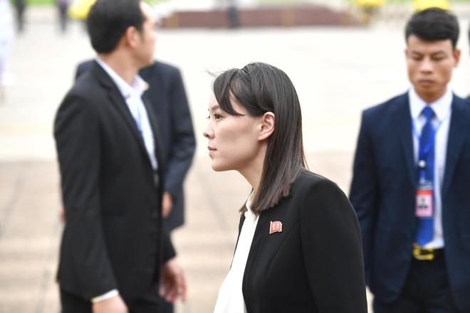 Em gái và đoàn tháp tùng Chủ tịch Kim Jong-un trong lễ viếng Lăng Chủ tịch Hồ Chí Minh - Ảnh 8.