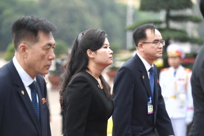 Em gái và đoàn tháp tùng Chủ tịch Kim Jong-un trong lễ viếng Lăng Chủ tịch Hồ Chí Minh - Ảnh 9.