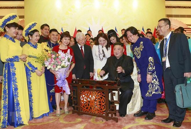 Chủ tịch Triều Tiên Kim Jong-un vui vẻ đánh thử đàn bầu, đàn Klông pút - Ảnh 4.