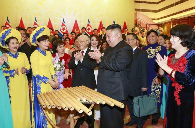Chủ tịch Triều Tiên Kim Jong-un vui vẻ đánh thử đàn bầu, đàn Klông pút - Ảnh 9.